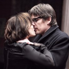 Kristin Scott Thomas in un bacio appassionato con Ethan Hawke in una scena di The Woman in the Fifth