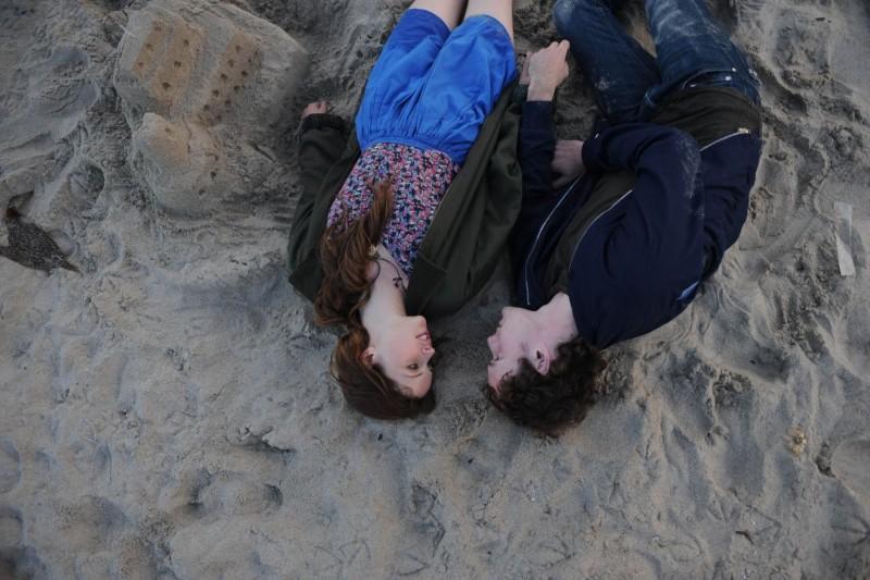 Like Crazy: Anton Yelchin e Felicity Jones in una suggestiva inquadratura tratta dal film