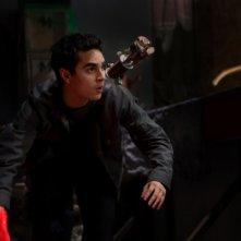 Max Minghella in una scena d'azione di fronte al nemico ne L'ora nera 3D