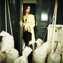 Mon pire cauchemar: Isabelle Huppert in una scena del film osserva impotente il disordine della sua casa