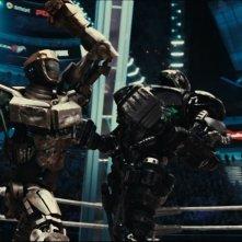Real Steel: combattimento tra robot in una scena d'azione del film
