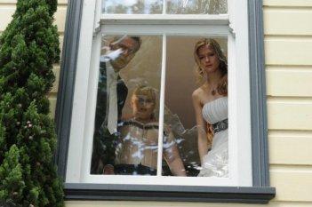Rebel Wilson, Jonathan Biggins e Laura Brent in una scena della commedia A few best men