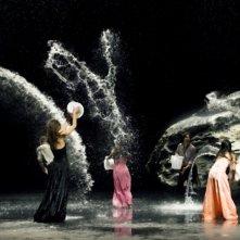 Secchiate d'acqua ad effetto in una scena del film Pina 3D di Wim Wenders