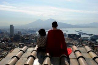 La kryptonite nella borsa: il piccolo Luigi Catani insieme a Vincenzo Nemolato in una scena del film