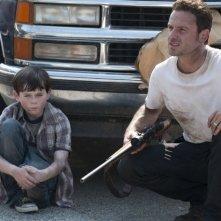 Andrew Lincoln e il piccolo Chandler Riggs nell'episodio La strada da percorrere, della seconda stagione di The Walking Dead