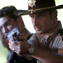 Andrew Lincoln è Rick Grimes nell'episodio La strada da percorrere, della seconda stagione di The Walking Dead