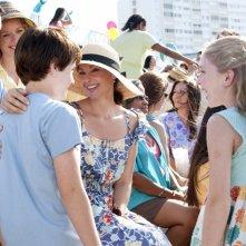 Ashley Judd insieme a Nathan Gamble e alla piccola Cozi Zuehlsdorff in una scena di L'incredibile storia di Winter il delfino