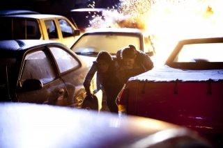 Caitlin Stasey e Rachel Hurd-Wood fuggono da un'esplosione in una scena del film The Tomorrow Series: il domani che verrà
