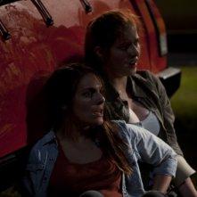 Caitlin Stasey insieme a Rachel Hurd-Wood in una scena di The Tomorrow Series: il domani che verrà