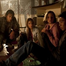 Deniz Akdeniz, Caitlin Stasey, Ashleigh Cummings e Chris Pang in un'immagine tratta da The Tomorrow Series: il domani che verrà