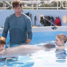 Harry Connick Jr. in acqua con Nathan Gamble e Cozi Zuehlsdorff in una scena del film L'incredibile storia di Winter il delfino