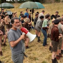 Il regista Christophe Barratier dirige i suoi giovani protagonisti sul set del film La nouvelle guerre des boutons