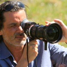 Il regista Christophe Barratier scatta delle foto sul set del film La nouvelle guerre des boutons