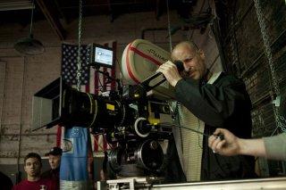 Il regista Gavin O'Connor dietro la macchina da presa sul set del film Warrior