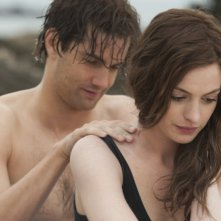 Jim Sturgess accarezza dolcemente Anne Hathaway in una scena del film One Day