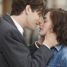Jim Sturgess e Anne Hathaway si baciano teneramente in una scena di One Day