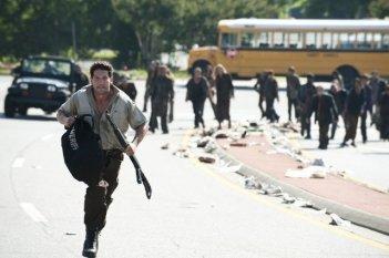 Jon Bernthal inseguito dagli Erranti nell'episodio La strada da percorrere, della seconda stagione di The Walking Dead