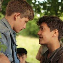 La nouvelle guerre des boutons, due giovani protagonisti in un faccia a faccia