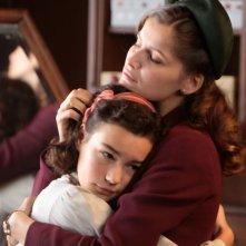 Laetitia Casta abbraccia una bambina in un'immagine del film La nouvelle guerre des boutons