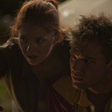 Lincoln Lewis insieme a Rachel Hurd-Wood in una scena di The Tomorrow Series: il domani che verrà