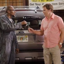 Mos Def e Michael C. Hall in una scena dell'episodio Smokey and the Bandit