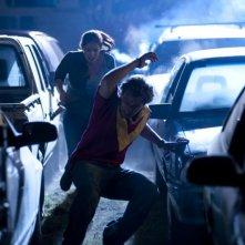 Rachel Hurd-Wood e Lincoln Lewis in una scena d'azione del film The Tomorrow Series: il domani che verrà
