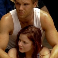 The Tomorrow Series: il domani che verrà, Lincoln Lewis e Rachel Hurd-Wood in una scena del film