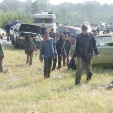 Un'orda di erranti ne La strada da percorrere, primo episodio della seconda stagione di The Walking Dead