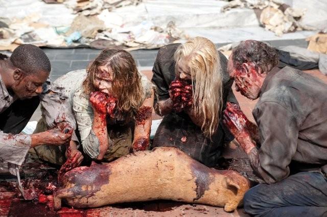 Una raccapricciante sequenza de La strada da percorrere, primo episodio della seconda stagione di The Walking Dead