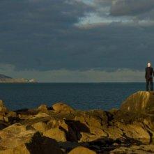 Aisling Loftus e Thomas Brodie-Sangster si tengono per mano in una splendida immagine tratta dal dramma Death of a Superhero