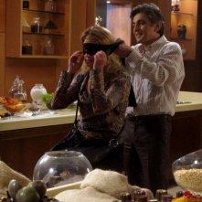 Angela Finocchiaro e Vincenzo Salemme giocano in cucina in un scena di Lezioni di cioccolato 2
