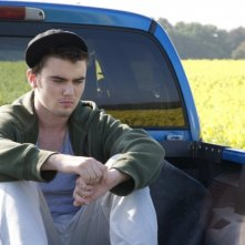 Cameron Bright è pensieroso in una scena del film drammatico Little Glory