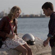 Christa Theret e Johan Libéreau malinconici in riva al mare in un'immagine del film La brindille