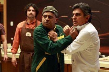 Hassani Shapi e Vincenzo Salemme litigano in una scena della commedia Lezioni di cioccolato 2