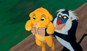 Il piccolo Simba e Rafiki in una scena del film Il re leone 3D