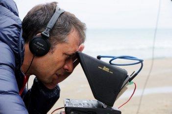 Il regista Ivan Cotroneo insieme alla sua macchina da presa sul set del film La kryptonite nella borsa