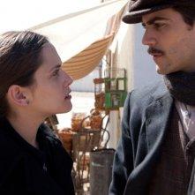 La voz dormida: Maria Leon e Marc Plotet in una scena