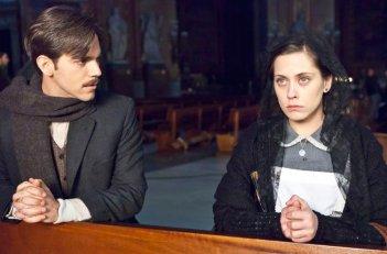 La voz dormida: Maria Leon e Marc Plotet in una sequenza della pellicola