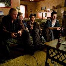Little Glory: Cameron Bright nei panni di Shawn insieme a Martin Swabey e ad altri amici in una scena del film