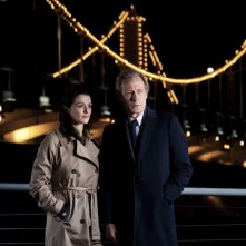 Rachel Weisz insieme a Bill Nighy in una scena notturna di Page Eight