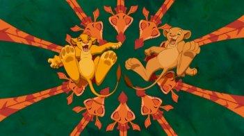 Simba e Nala giocano con le loro amiche giraffe in una scena de Il re leone 3D