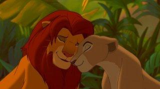 Simba e Nala in un tenero guancia a guancia in una scena del film Il re leone 3D