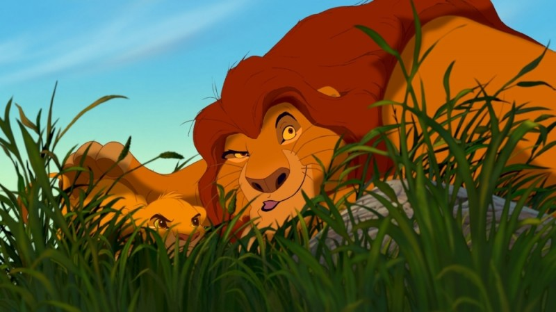 Simba Insieme Papa Mufasa Appostato Dietro A Un Cespuglio In Una Scena Del Film Il Re Leone 3D 219341