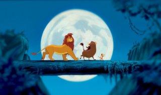 Simba, Pumbaa e Timon ballano sotto la luna in un'immagine de Il re leone 3D