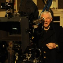 Terence Davies, regista di The deep blue sea in una foto sul set del film