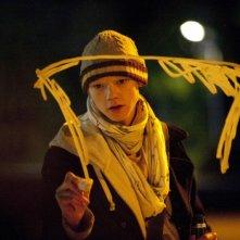 Thomas Brodie-Sangster disegna su un vetro in una scena notturna del film Death of a Superhero