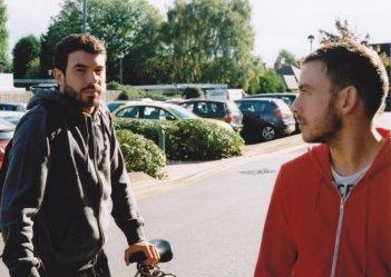 Tom Cullen insieme a Chris New in una scena del dramma sentimentale Weekend
