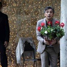 Vincenzo Salemme con un mazzo di rose rosse in una scena di Lezioni di cioccolato 2 insieme a Luca Argentero