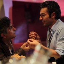 Vincenzo Salemme e Luca Argentero discutono animatamente in un'immagine di Lezioni di cioccolato 2