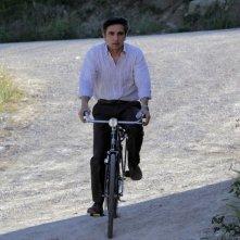 Vincenzo Salemme in bicicletta in una scena della commedia Lezioni di cioccolato 2